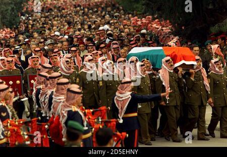 Migliaia di lutto seguono i portatori di palle che portano la bara del re Hussein mentre la processione funeraria si ferma alla Moschea della Guardia reale per le preghiere 8 febbraio. Re Hussein, che ha giocato un ruolo importante nella politica del Medio Oriente durante il suo regno, è stato sepolto lunedì dopo 47 anni sul trono hashemita. KM/KL