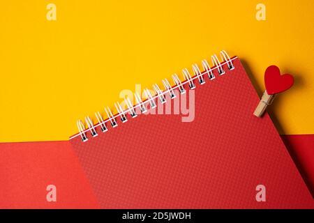 Blocco note a molla e stendibiancheria in legno con vista a taglio a cuore rosso di forniture per ufficio Foto Stock
