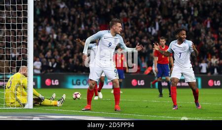 L'inglese Jamie Vardy (a sinistra) celebra il secondo gol della sua parte Con Raheem Sterling