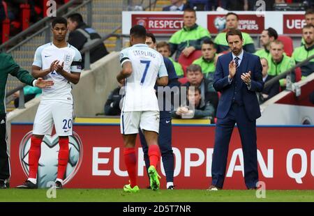 Il manager inglese Gareth Southgate (a destra) applaude Raheem Sterling mentre lascia il campo, mentre Marcus Rashford guarda sopra