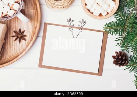 Mock-up della scheda di Natale sul tavolo bianco