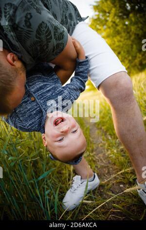 Famiglia felice in natura. Madre, padre e figlio in natura.