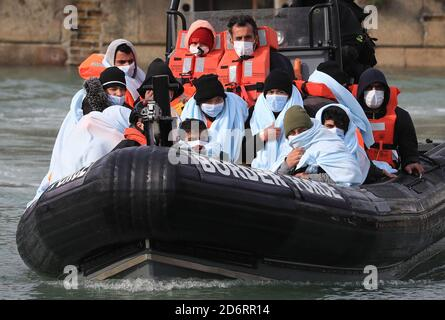 Un gruppo di persone che si pensa siano migranti viene portato a dover, Kent, dalla Border Force a seguito di un piccolo incidente in barca nella Manica.