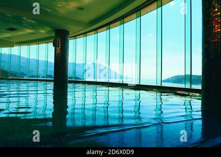 Piscina di lusso nella parte superiore dell'hotel. Maestosa vista panoramica sulle montagne e sul mare