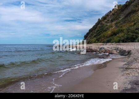 Paesaggio estivo della costa del Mar Baltico, mattina sul mare