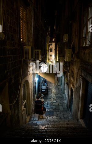Ristorante di strada a Dubrovnik di notte