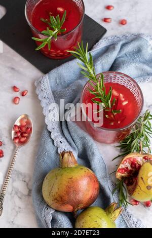 Succo di melograno fatto in casa, bevanda rinfrescante sana Foto Stock