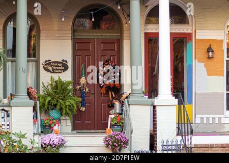 Frederick, MD, USA 10/14/2020: Portico e porta d'ingresso di una casa d'epoca a Frederick Maryland con decorazioni halloween e piante in vaso intorno. Questo