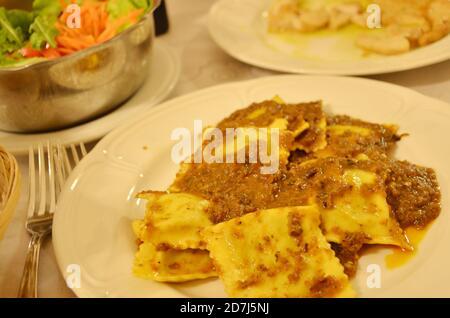 Una ricetta per il ragu di coniglio, una classica salsa di pasta toscana servita con pappardelle fatte in casa. Foto Stock