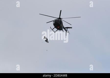 RITRASMISSIONE della distanza di modifica ottenuta in salto a 40 m. L'ex paracadutista John Bream tenta un record per il salto più alto senza un paracadute saltando 40 m da un elicottero nel mare al largo di Hayling Island in Hampshire.