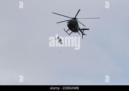RITRASMISSIONE della distanza di modifica ottenuta in salto a 40 m. L'ex paracadutista John Bream tenta il record per il salto più alto senza un paracadute saltando 40 m da un elicottero nel mare al largo di Hayling Island in Hampshire.