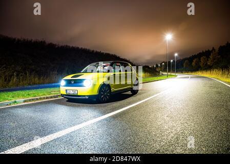 Praga, repubblica Ceca - 26 Ottobre 2020. Foto notturna di Honda e giallo-verde