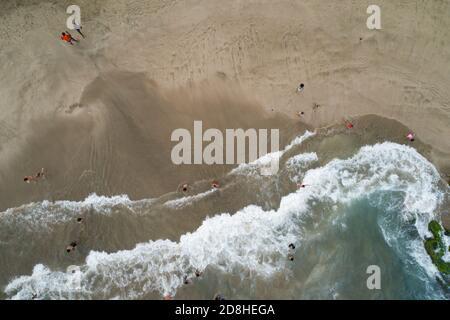 I beachgoers giocano in acqua e nella sabbia in una spiaggia a Santiago, Cabo Verde. 12 luglio 2017 Millennium Challenge Corporation, Cabo Verde Compact II P.