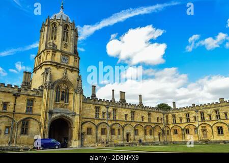Tom Tower è un campanile su Tom Gate, a St Aldates, l'ingresso principale di Christ Church, un'università di Oxford Foto Stock
