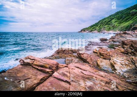 Lunga esposizione del mare con onda liscia e roccia. Natura della vacanza Seascape tempo di relax