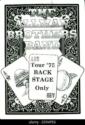 Passaggio per il backstage della Allman Brothers Band. Questo è stato dal loro concerto del 18 novembre 1975 alla Milwaukee Arena di Milwaukee, Wisconsin, USA. Attraverso gran parte degli anni '70, la maggior parte delle band e degli artisti musicali non stampavano i propri passi, ma piuttosto, dove mai suonavano, dipendevano dal promotore locale per fornire i passaggi e la sicurezza. Per vedere le mie altre immagini d'epoca legate alla musica, Cerca: Prestor musica d'epoca Foto Stock