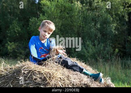 Bambino che riposa su pila di paglia, Carelia