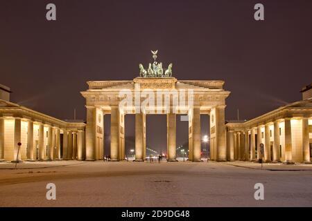 Geografia / viaggio, Germania, Berlino, Berlin Mitte, porta di Brandeburgo, Unter den Linden, Pariser Platz, diritti aggiuntivi-clearance-Info-non-disponibile Foto Stock