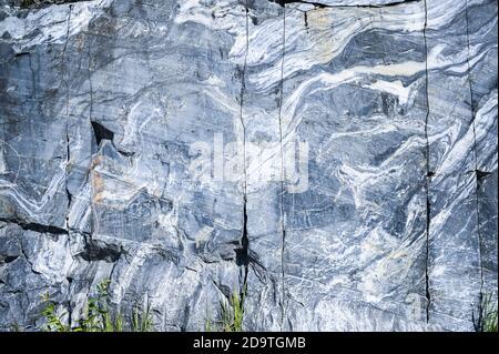 Superficie grezza di marmo bianco e grigio in pietra in ambiente naturale. Marmo blu tessitura carriera. Pietra reale, materiale industriale per edifici e interni. Modello di sfondo astratto Foto Stock