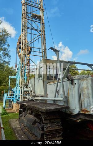 Wietze, Germania, 10 settembre 2020: Carro di perforazione cingolato con torre di perforazione montata per la perforazione esplorativa Foto Stock