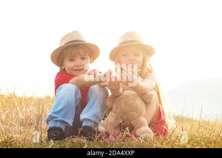 Bambini contadino in fattoria con sfondo campagna. Divertimento in famiglia con i bambini. Primavera sul ranch. Agricoltura e coltivazione agricola