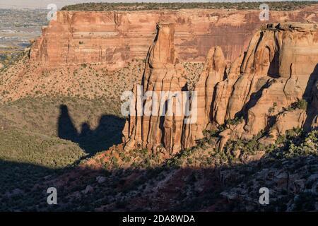 Una formazione di arenaria chiamata la coppia di Kissing con la sua ombra nel Colorado National Monument, Colorado, Stati Uniti.