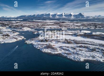 Catena montuosa innevata sette Sorelle, De syv Sostre, Sju Sostre, fronte arcipelago invernale isole in mare, Heroy, Nordland, Norvegia