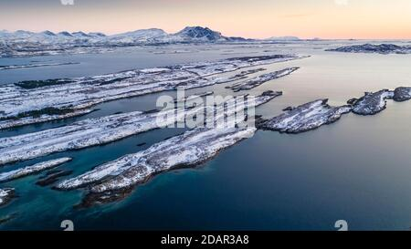 Catena montuosa innevata sette Sorelle, De syv sostre, Sju sostre, fronte arcipelago invernale isole in mare, Donna, Nordland, Norvegia
