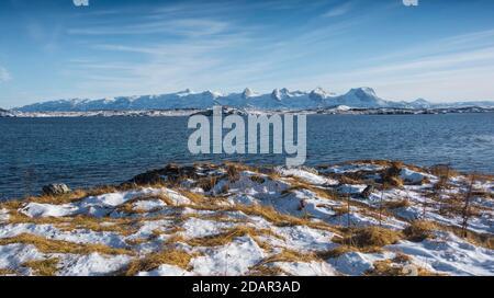 Catena montuosa innevata sette Sorelle, De syv sostre, Sju sostre, Meloy, Nordland, Norvegia