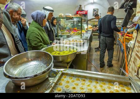 Cibo outlet, Souk Khan al-Zeit Street nella città vecchia, città vecchia, patrimonio dell'umanità dell'UNESCO, Gerusalemme, Israele, Medio Oriente Foto Stock