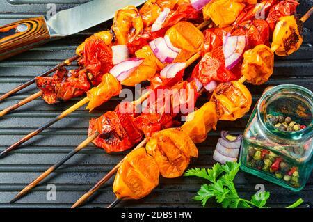 Spiedini vegetali di pomodori, pomodori ciliegini su padella grill Foto Stock