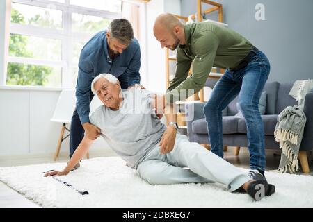 Aiutare l'anziano anziano caduto uomo dopo l'incidente di caduta