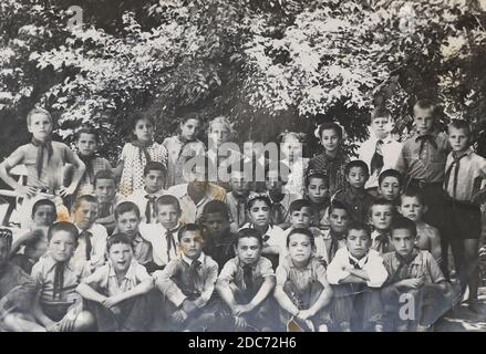 Un gruppo di bambini pionieri in un campo estivo nell'Unione Sovietica negli anni '80. Foto Stock