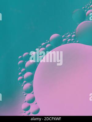 Bolle d'olio galleggianti sull'acqua e rendono magico astratto colorato