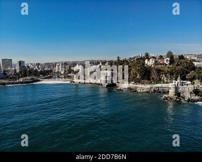 Colpo di drone della linea costiera di Vina del Mar con un piccolo castello, un ristorante e fiume