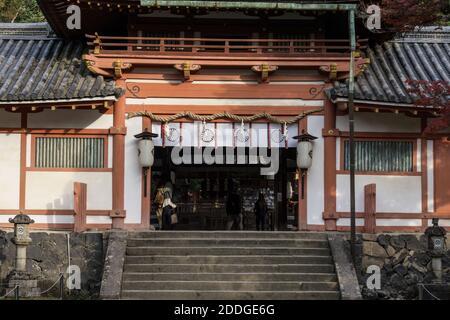 L'entrata al Santuario Tamukeyama Hachimangu, un santuario shintoista nei terreni del Tempio Todai-ji a Nara, Giappone