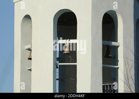 Campanile con campane di rame sul campanile della Chiesa Ortodossa. Le campane di metallo pendono nelle volte del campanile di una chiesa ortodossa in Russia .