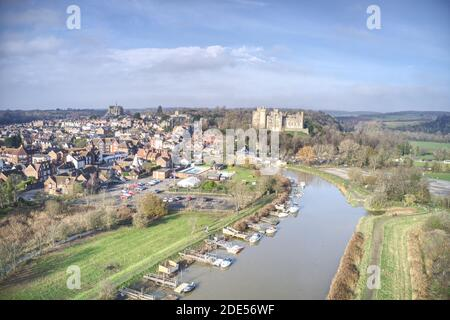 Foto aerea della città storica di Arundel con il castello e la cattedrale in vista. Foto Stock