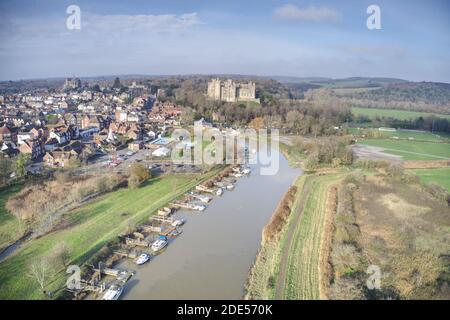 Arundel Castello vista aerea con il fiume Arun in primo piano. Foto Stock