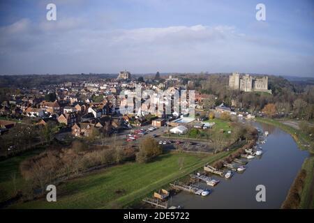 Foto aerea sulla storica città di Arundel nel Sussex occidentale. Foto Stock