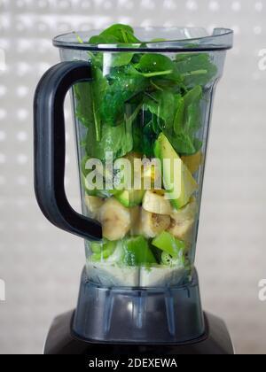Frullatore a caraffa per preparare cocktail snellenti a base di verdure e frutta.