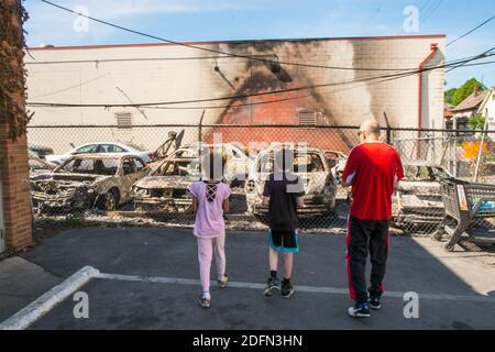 I bambini osservano i danni causati dalle conseguenze della Minneapolis Rivolte nel giugno 2020