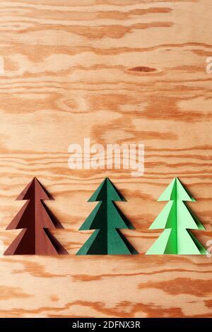 Carta alberi di Natale su sfondo di legno vintage. Sfondo di Natale