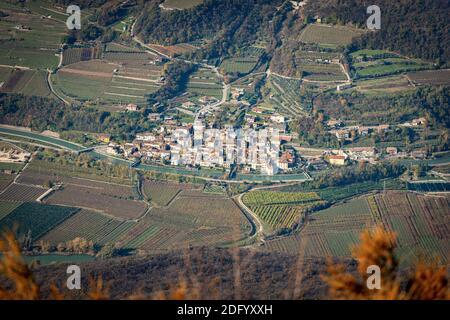 Veduta aerea della Valle dell'Adige, Vallagarina, dalla vetta del Corno d'Aquilio con il piccolo borgo di Belluno Veronese, Veneto, Italia, Europa. Foto Stock