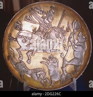 Piatto d'argento dorato sasaniano raffigurante il Re che caccia un leone, un cinghiale e un orso, Museo Tabriz, Iran.