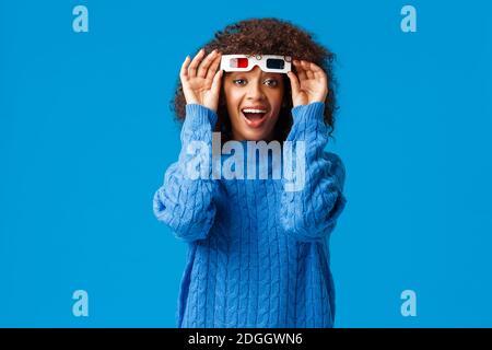 Entusiasta giovane donna felice e allegra guardando film in 3d occhiali, ridendo e controllando lo schermo senza occhiali, impressionato WIT