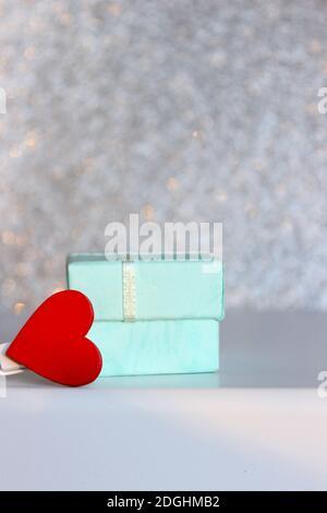 Composizione di San Valentino: Scatole regalo con cuori di prua e di feltro rosso, modello di foto, sfondo. Vista dall'alto. Vista dall'alto Foto Stock