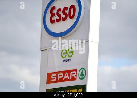 GV di esso SPAR Euro Garages su Brandlesholme Road, Bury, giovedì 1 ottobre 2020. La catena di supermercati Asda deve essere venduta a due fratelli da Blackburn in un affare del valore di £6,8 miliardi. I nuovi proprietari, Mohsin e Zuber Issa, che hanno sostenuto la società di investimento TDR Capital, hanno fondato il loro business Euro Garages nel 2001 con un unico distributore di benzina a Bury che hanno acquistato per £150,000. Il commercio ora ha intorno ai luoghi in Europa, negli Stati Uniti e in Australia e le vendite annuali di circa £18bn.
