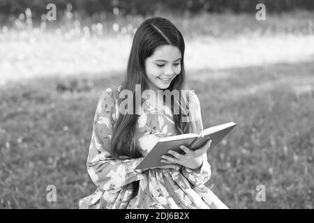 Sognate grandi, leggete. Happy Kid leggere libro nel parco estivo. Piccolo lettore all'aperto. Elenco di lettura estate. Fantasia e finzione. Letteratura e poesia. Leggi per conoscere e divertirti. È necessario leggere. Foto Stock