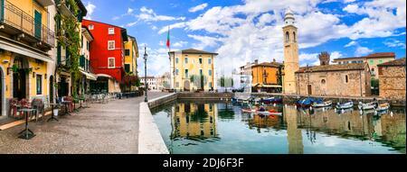 Pittoresco villaggio Lazise con case colorate, lago di Garda. Regione Veneto. nov. 2020 Italia